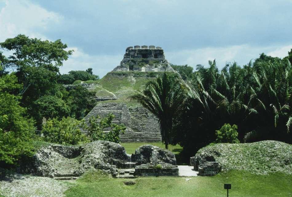 Xunantunich | Blick von der Plaza A3 zum El Castillo (1998) | © Karibik Inside
