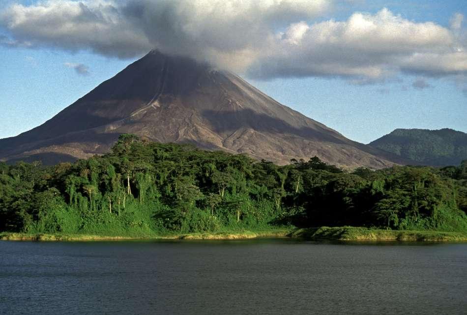 Costa Rica   Vulkan Arenal am Arenal Stausee   © Ara Tours